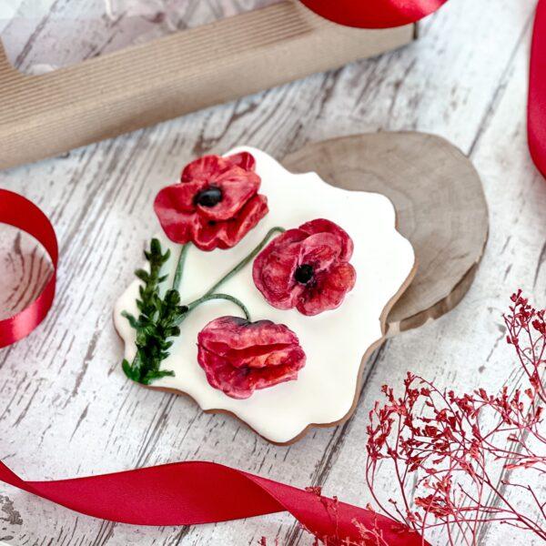 Maki. Kwiaty z lukru królewskiego, 3d. Liście z barwionego papieru waflowego.
